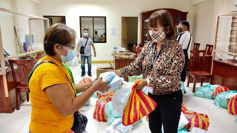 SAFETY KITS. Arayat First lady and Executive Assistant for Alagang Nanay Program Ma. Lourdes Alejandrino leads the distribution of oximeters, thermometers, and face shields given by the provincial government to beneficiaries in Arayat town. (Pampanga PIO)