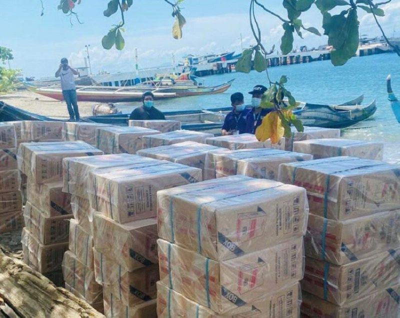 ZAMBOANGA. Operatives of the Naval Forces Western Mindanao in coordination with the Bureau of Customs seized Friday, March 26, a shipment of P3.8-million smuggled cigarettes near Santa Cruz Island, Zamboanga City. A photo handout shows the contraband items unloaded at the shore of Naval Station Romulo Espaldon, Zamboanga City. (SunStar Zamboanga)
