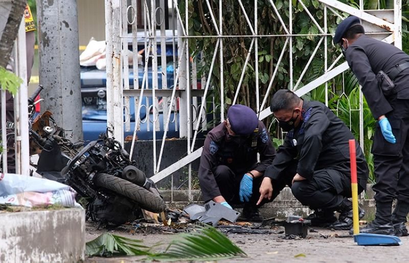 INDONESIA. Members of a police bomb squad inspect the wreckage of a motorbike used to carry out Sunday's (March 28, 2021) suicide bomb attack at the Sacred Heart of Jesus Cathedral in Makassar, South Sulawesi, Indonesia, Monday, March 29, 2021. (AP)