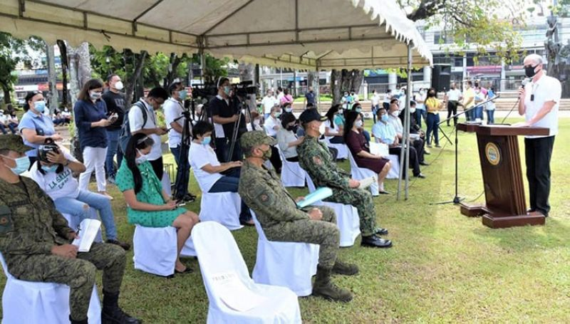 Governor Eugenio Jose Lacson leads the Prayers for Peace held at the Provincial Capitol Lagoon and Park yesterday together with the leadership of the Philippine Army and the PNP in the province. (Richard Malihan photo)