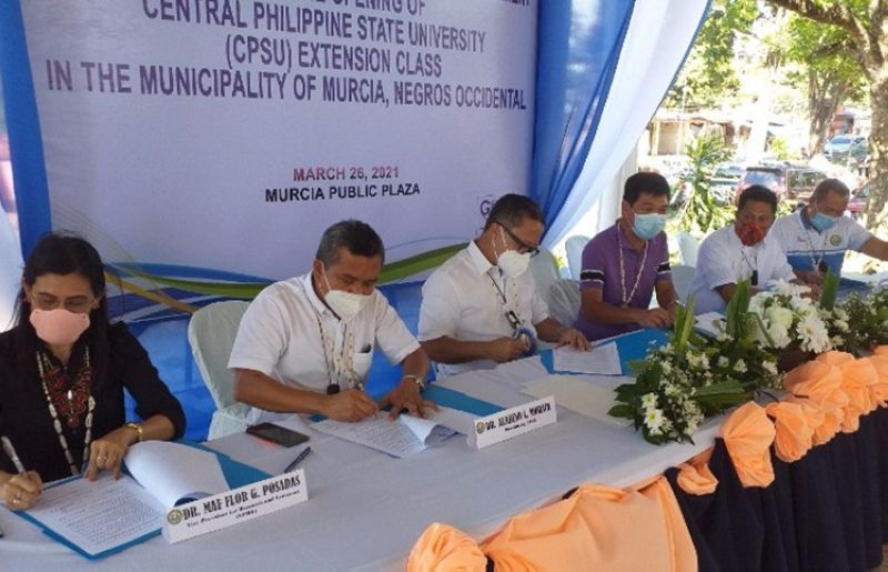 NEGROS. Ceremonial MOA signing for CPSU Extension Class in Murcia: (L-R) CPSU VP for Research & Extension Mae Flor Posadas, CPSU President Aladino C. Moraca, Murcia Mayor Gerry Rojas, Board Member Manman Ko, Vice Mayor Johnny Reosura and SB Member Kedy Yu, chair of the SB Committee on Education. (Contributed photo)