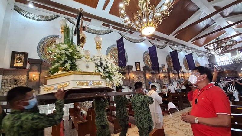 SAN Simon Mayor Abundio S. Punsalan Jr. prays before the miraculous image of Sto. Cristo del Perdon and Virgen de Los Remedios together with St. Joseph during Monday's Dalo Balen 2021, which was celebrated with a Holy Mass at the Nuestra Señora del Pilar Parish Church in San Simon, Pampanga. (Chris Navarro)