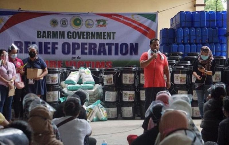 ZAMBOANGA. The Bangsamoro Autonomous Region in Muslim Mindanao (Barmm) extends Monday, March 29,  its second wave of relief aid to the victims of a fire in Baliwasan village, Zamboanga City. A photo handout shows a Barmm official talking to the recipients during the distribution of the relief aid. (SunStar Zamboanga)