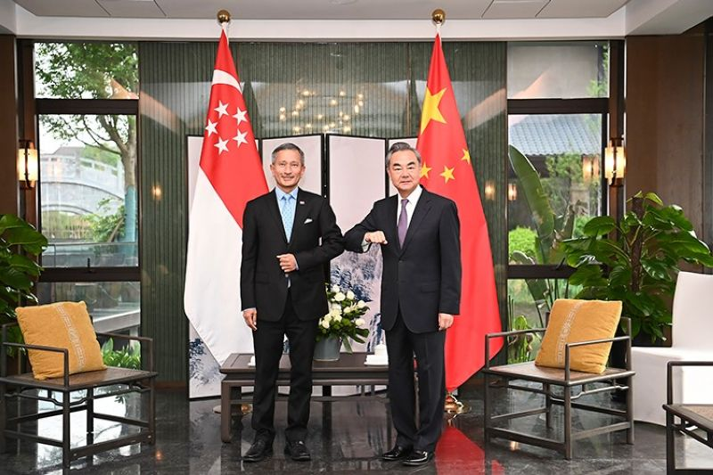 CHINA. In this photo released by Xinhua News Agency, Chinese Foreign Minister Wang Yi (right) bumps elbows with Singaporean Foreign Minister Vivian Balakrishnan in Nanping City, southeast China's Fujian Province Thursday, March 31, 2021. (AP)