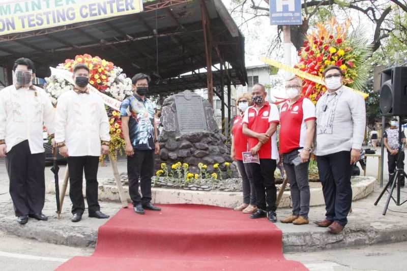 HISTORIC BATTLE. To commemorate the 123rd anniversary of the Battle of Tres de Abril of 1898, Cebu City officials hold a wreath-laying ceremony in front of the Tres de Abril marker between Tres De Abril street and V. Rama Avenue in Barangay San Nicolas Proper. Present at the event are (from left): Jason Philip Militante of the Knights of Rizal-Cebu City chapter; Bryner L. Diaz of the Cebu City Cultural and Historical Affairs Office, who represented Cebu City Mayor Edgardo Labella; barangay officials of San Nicolas Proper led by their chief, Clifford Jude Niñal; and Neil Odchigue, who represented Vice Mayor Michael Rama. (Cebu City Public Information Office)