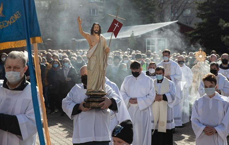 RUSSIA. Catholic priest carries a statue of Jesus Christ as he walks in religious procession during the Holy Easter celebration in the Cathedral of the Immaculate Conception in Moscow, Russia, Sunday, April 4, 2021. (AP)