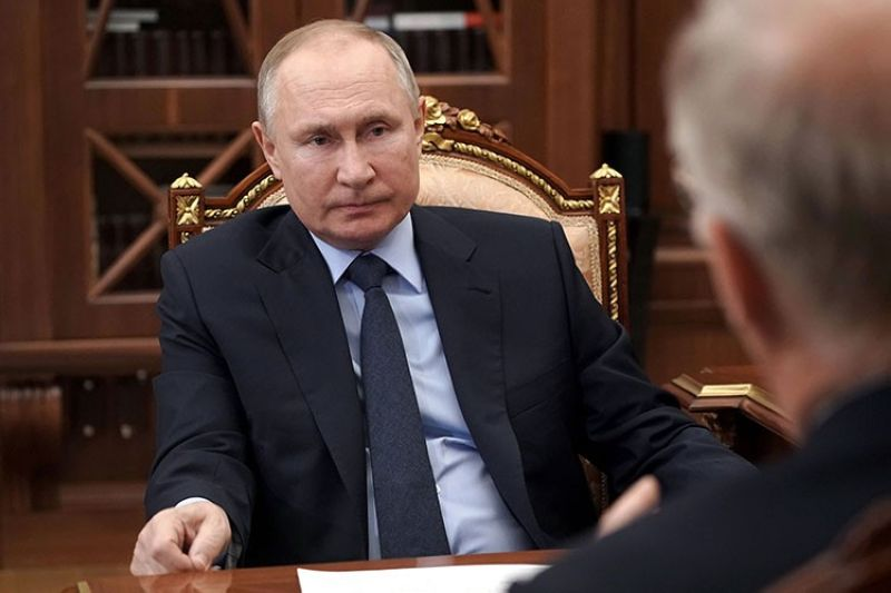Russian President Vladimir Putin listens to General Director of the Russian Direct Investment Fund Krill Dmitriev at the Kremlin in Moscow, Russia, Friday, April 2, 2021. (AP photo)