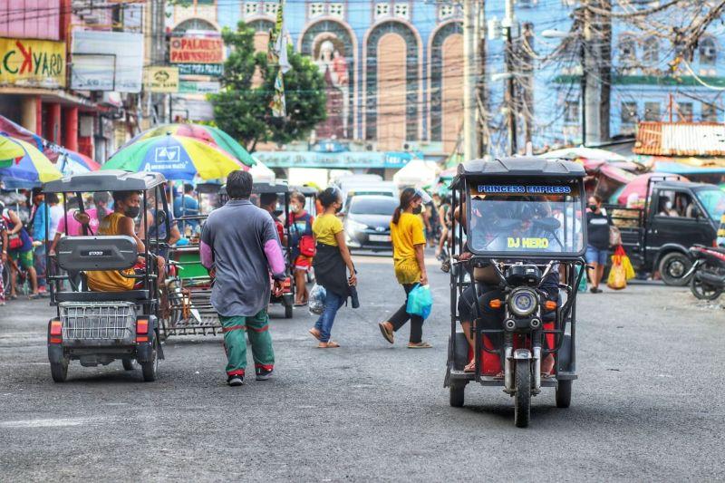 DI NA PASUDLON: Mga electric o e-bike girekomindar sa Cebu City Police Office nga dili na pasudlon sa Carbon Public Market kay usa sa gitumbok nga nakadugang sa kahuot sa dapit diin adunay pipila ang pataka og parada sa ilang unit. Traffic enforcers dili maka-isyu og citation tickets batok sa tag-iya niini tungod kay dili kini motorized vehicle. / Amper Campaña