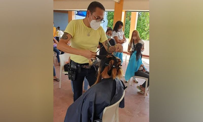 NEGROS. Beauty expert Kelly Cuachon demonstrates the basics of haircut and hair color. (Contributed photo)