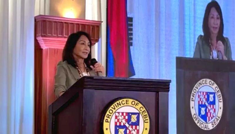 SUGBUSOG: Si Gobernador Gwendolyn Garcia nangu sa paglusad sa Sugbusog sa Eskwelahan sa Abril 8, 2021. / Video grab gikan sa Sugbo News