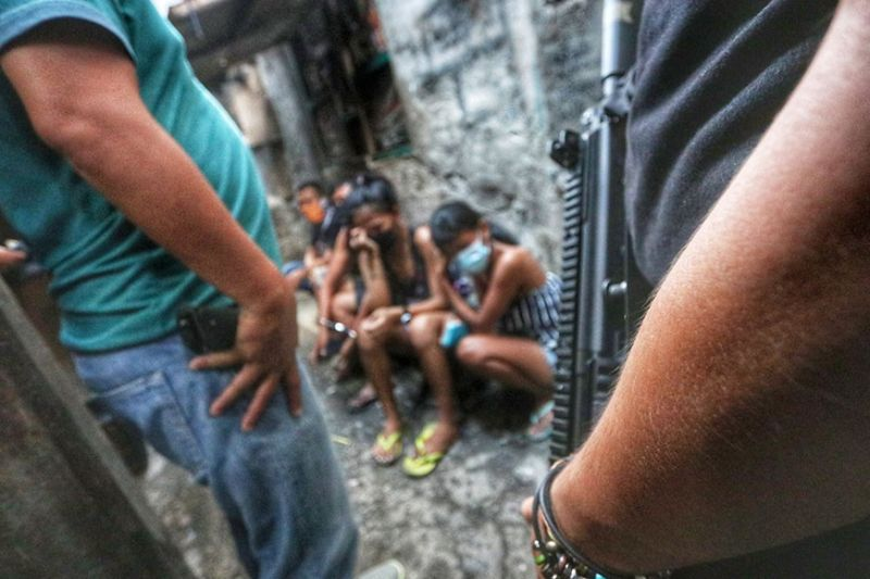 DRUG DENS UNCOVERED. Operatives of the Philippine Drug Enforcement Agency (PDEA) arrest 19 persons after they were caught sniffing drugs in suspected drug dens in Mambaling, Cebu City on Wednesday, April 7, 2021. / Amper Campaña