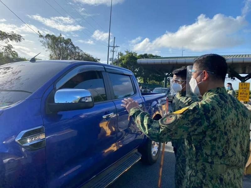 MANILA. Police inspect vehicles to ensure that only authorized persons outside residence are moving about NCR and the provinces of Bulacan, Cavite, Laguna and Rizal. (File)