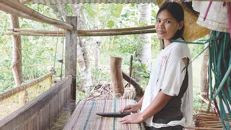 ■ BALIK SA TRABAHO: Si Irene  Antenero mibalik sa iyang trabaho human nakadawat og Livelihood Assistance Grant (LAG). / Tampo