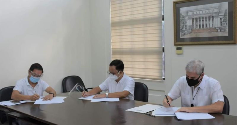 NEGROS OCCIDENTAL. Governor Eugenio Jose Lacson (right) signs a Memorandum of Agreement with Philippine Crop Insurance Corp. president Jovy Bernabe (center) for the transfer of an additional P19.2 million crop insurance fund at the Provincial Capitol Building in Bacolod City yesterday. Also in photo, Provincial Agriculturist Japhet Masculino.  (Capitol photo)