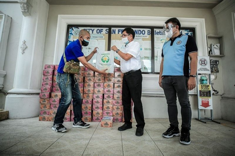 DONATION FROM PAGCOR. San Fernando Mayor Edwin Santiago accepts more than P81,000 worth of food items from the Philippine Amusement and Gaming Corporation (Pagcor) recently to help those in household lockdown as the city tightened curbs against the spread of the coronavirus. (City of San Fernando Information Office)