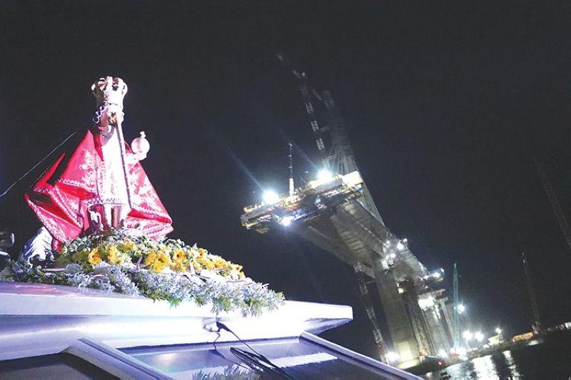 MILAWIG SA MACTAN CHANNEL. Ang imahen ni Sr. Sto. Niño atol sa seaborn procession sa Mactan Channel. (Amper Campaña)