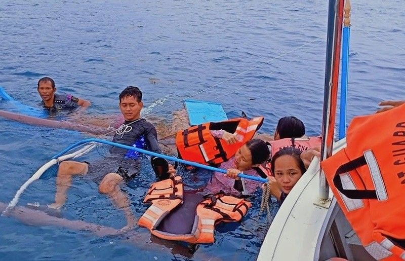 DAVAO. The Philippine Coast Guard in Davao Oriental rescue five passengers of a motorbanca that capsized in Pujada Bay, Mati City on April 17, 2021. (PCG)