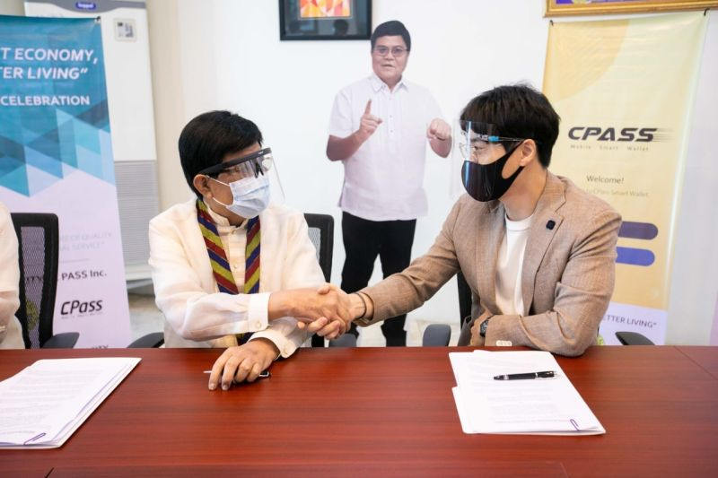FEASIBILITY. Filipino-Korean firm C Pass Inc., led by chief executive officer Jaewon Kim (right), signed a memorandum of understanding with Cebu City Mayor Edgardo Labella (left) to explore feasibility of bringing the former's cryptocurrency and remittance and payment system to Cebu City. (Contributed)