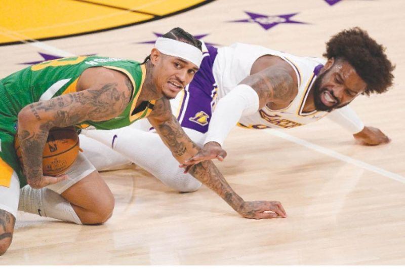 ILOG SA BOLA: Ang Pinoy nga si Jordan Clarkson sa Utah Jazz ug Los Angeles guard Wesley Matthews gailog sa bola atol sa ilang NBA game kagahapon. / Hulagway sa AP
