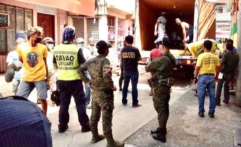 DAVAO. Makita sa hulagway ang laing hugna sa pagdalit og mga food packs gikan sa LGU-Davao alang sa Muslim community sa Barangay 23-C Poblacion, Davao City ubos ni Kapitan Alimodin