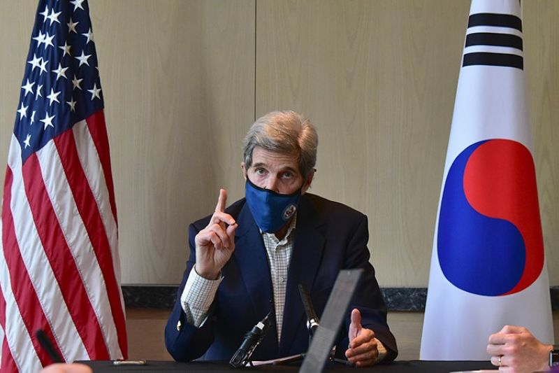 SOUTH KOREA. In this photo provided by US Embassy Seoul, US special envoy for climate John Kerry speaks during a round table meeting with the media in Seoul, South Korea, Sunday, April 18, 2021. (AP)