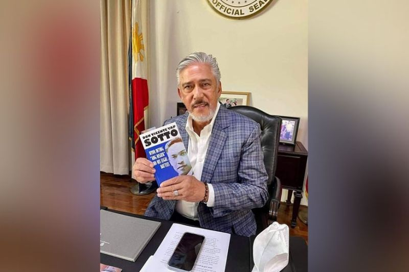 """SOTTO'S PRIDE. Senate President Vicente """"Tito"""" Sotto III holds the book about his grandfather, the Cebuano patriot and writer Don Vicente Y. Sotto, """"Nyor Inting 'Ang Bisaya' and His Legal Battles,"""" which is authored by lawyer and history buff Clarence Paul Oaminal. The book was launched in Cebu City on the occasion of the elder Sotto's 144th birth anniversary on April 18, 2021. (Contributed)"""