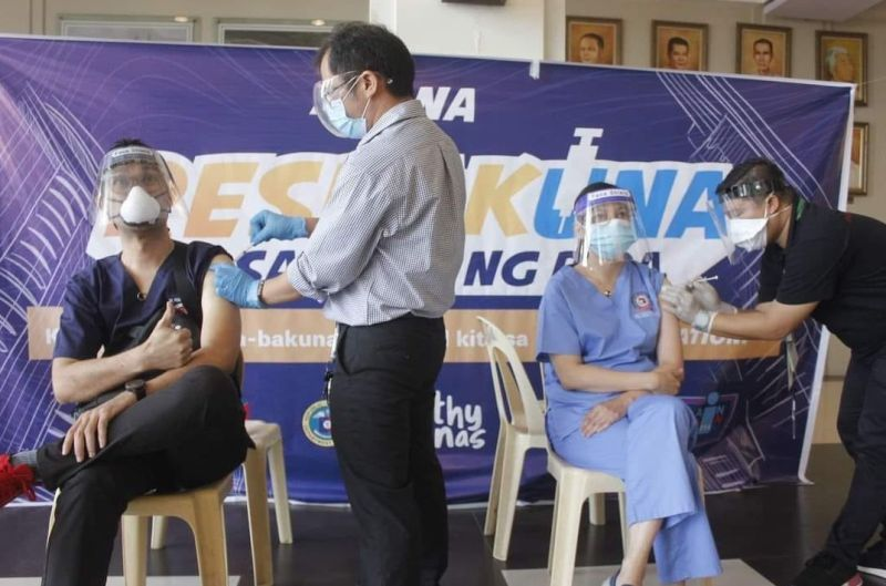 BACOLOD. Over 2,400 medical frontliners in Bacolod City receive their second doses of Sinovac and AstraZeneca vaccines against coronavirus disease (Covid-19). (File)