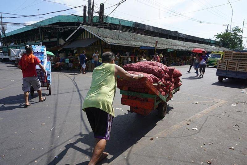 Carbon, public markets bukas na sa Dominggo. (File photo)