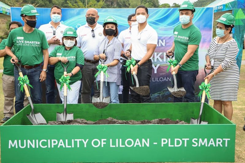 GROUNDBREAKING. Front, from left, Jimmy Chua, PLDT vice president and head of Corporate Relationship Management for Visayas; lawyer Maria Jane Paredes, assistant vice president / center head, Smart Corporate Communications Group-VisMin; Liloan Mayor Christina Garcia Frasco; Fifth District Rep. Duke Frasco; Alexis Winters, Smart regional head for Central, Eastern Visayas; and Fe Barino, president and chief executive officer of Duros Land Properties Inc. / CONTRIBUTED