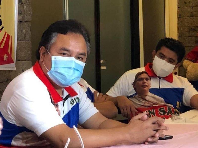 DAVAO. Si Barangay 23-C Kapitan Alimodin 'Wating' Usman (wala nga bahin) usa sa mga kapitan sa Davao City nga nangulo sa pag-promotar sa Peace 911, uban niya ang mga kapitan sa hilit nga barangay sa siyudad. (Jeepy P. Compio photo)
