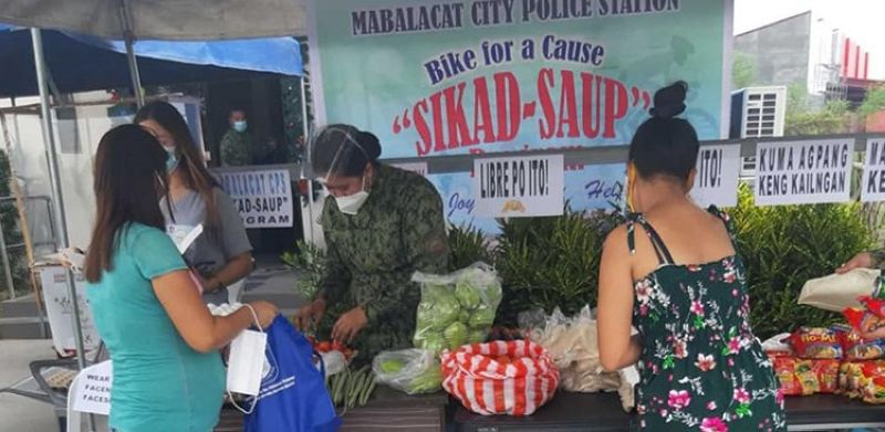 PANTRY BY COPS. Hundreds of Mabalacat folks benefit from the community pantry set up by the city police. (Mabalacat Police Station)