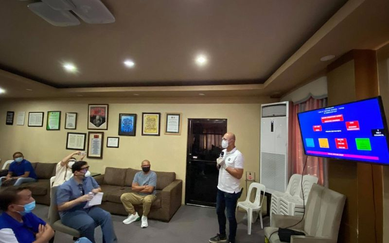 BRIEFING. Mabalacat City Mayor Cris Garbo instructs his fellow city officials about the modified plan to fight Covid-19. (Photo courtesy of Noel Tulabut)