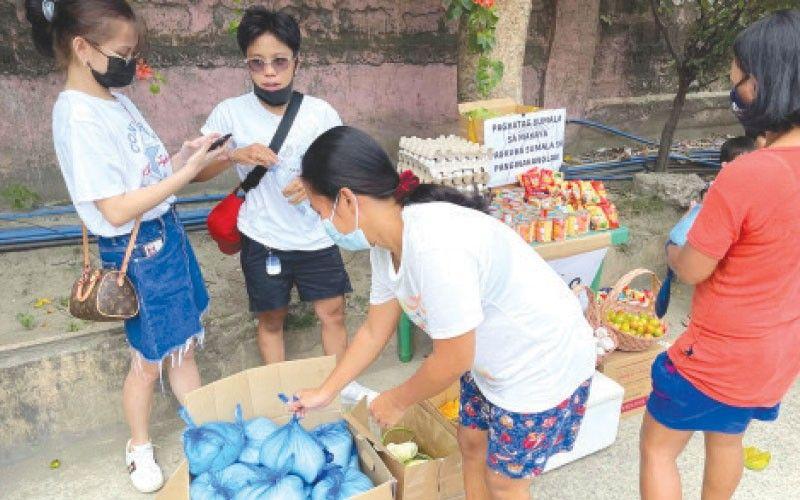 ■ GIHUGOPAN: Ang community pantry sa mga tinun-an sa  University of the Philippines (UP) Cebu sa Barangay Tipolo, Dakbayan sa Mandaue nga gihugopan sa mga tawo. / Kate F. Denolang