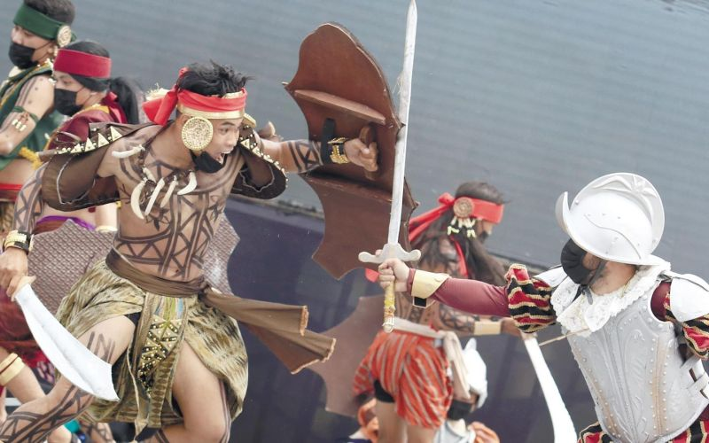 IN THE HEAT OF BATTLE. Lapulapu (left) clashes with Ferdinand Magellan during the reenactment of the Battle of Mactan at the Liberty Shrine in Barangay Mactan, Lapu-Lapu City on Tuesday, April 27, 2021, which marked the quincentennial celebration of their historic meeting. Lapulapu was said to be the first native to resist Spanish interlopers. / ALAN TANGCAWAN