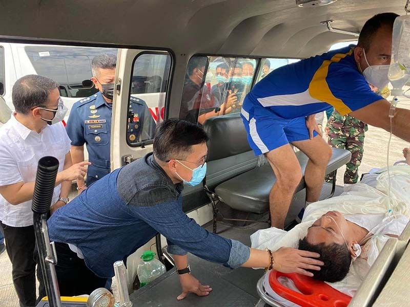 Senator Bong Go personally checks the condition of the Air Force personnel who survived the helicopter crash early Tuesday, April 27, 2021 in the waters off Getafe, Bohol. Contributed photo.