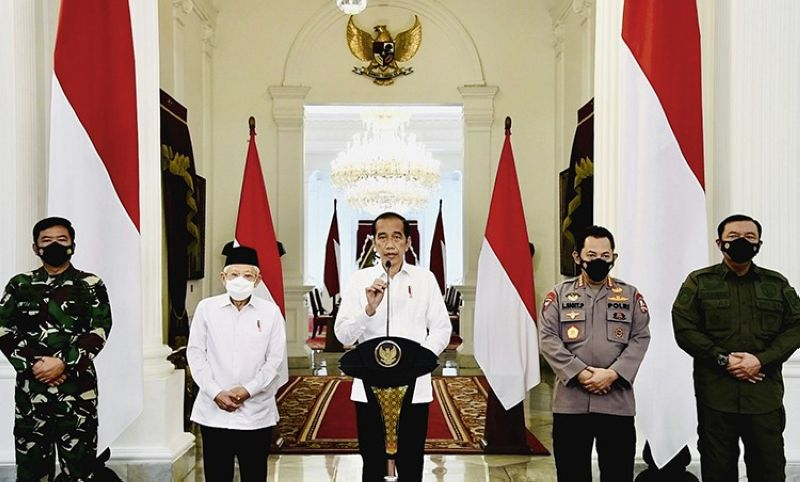 In this photo released by Indonesian Presidential Palace, Indonesian President Joko Widodo, center, accompanied by, from left to right, Armed Forces Chief Air Marshal Hadi Tjahjanto, Vice President Ma'ruf Amin, National Police Chief Gen. Listyo Sigit Prabowo, and National Intelligence Agency's Chief Gen. Budi Gunwan, delivers his televised remarks at the Merdeka Palace in Jakarta, Indonesia, Monday, April 26, 2021. Widodo expressed his condolences after an Indonesian brigadier general was killed in an ongoing clash between security forces and a rebel group in restive Papua province. (AP)