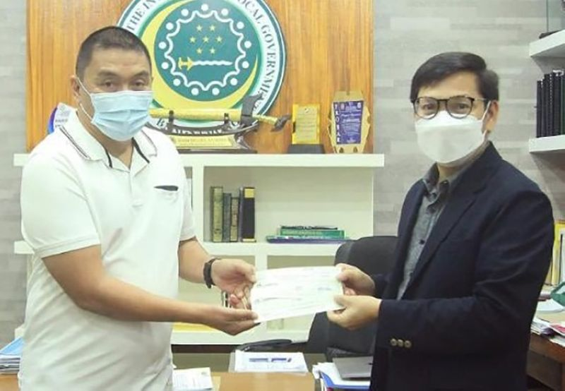 ZAMBOANGA. The Bangsamoro Autonomous Region in Muslim Mindanao through the Ministry of the Interior and Local Government (MILF) is building a P25-million two-story town hall in Datu Blah Sinuat, Maguindanao. A photo handout shows lawyer Naguib Sinarimbo, MILG minister (right), hands over a P12.5 million in check Wednesday, April 28, to Datu Blah Sinsuat Municipal Mayor Datu Marshall Sinsuat representing the first tranche of check for the construction of the municipal hall. (SunStar Zamboanga)