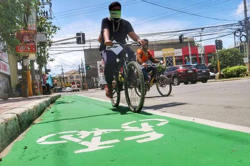 NO PARKING. This solid green lane on V. Rama Avenue, Cebu City may be used only by cyclists. Motorists who park their vehicles on this lane will be apprehended. (SunStar File)