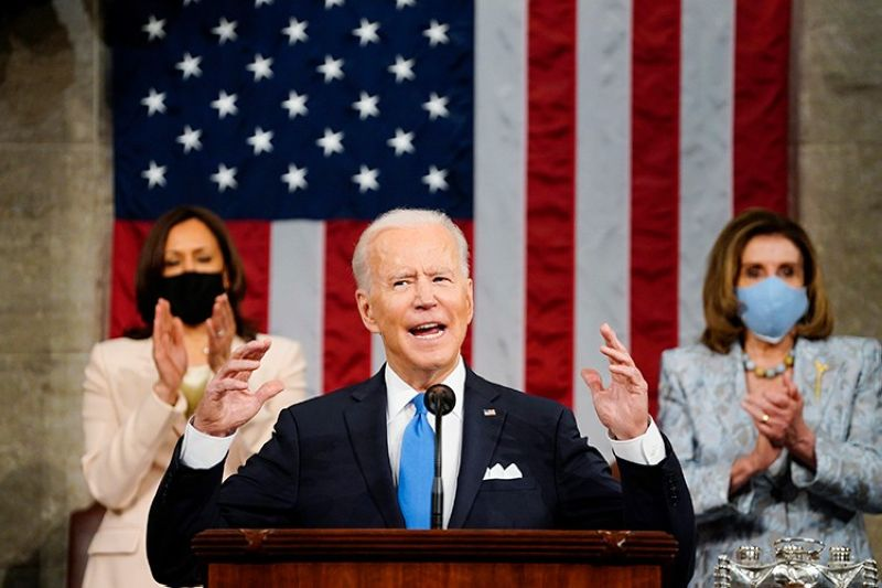 USA. Vice President Kamala Harris and House Speaker Nancy Pelosi of California stand and applaud as President Joe Biden addresses a joint session of Congress, Wednesday, April 28, 2021, in the House Chamber at the US Capitol in Washington. (AP)00 Days Congress