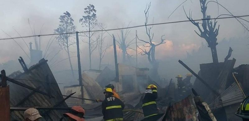BACOLOD. Fire razes 55 houses in Purok Neptune, Barangay Singcang-Airport on April 26. (File photo)