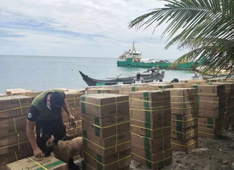 ZAMBOANGA. Philippine Navy, Philippine Coast Guard and Bureau of Customs personnel seize some P7.2 million worth of assorted smuggled cigarettes Wednesday, April 28, off Recodo village, Zamboanga City. A photo handout shows a K9 unit of the Philippine Drug Enforcement Agency checks presence of illegal drugs mix with the seized contrabands. (SunStar Zamboanga)