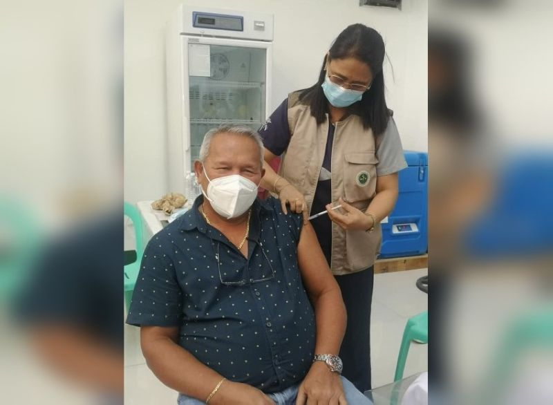 CAGAYAN DE ORO. City Mayor Oscar Moreno received his first dose of the Covid-19 vaccine on Thursday afternoon. He encouraged senior citizens who have received the text blast to get themselves vaccinated as well. (Photo by City Information Office)