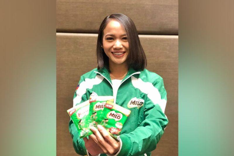 ENDORSER: Malipayong gipakita ni Cebuana marathon Olympian Mary Joy Tabal ang paborito niyang Milo chocolate drink sachets diin napatik ang iyang imahe isip endorser sa maong produkto. / Tampo