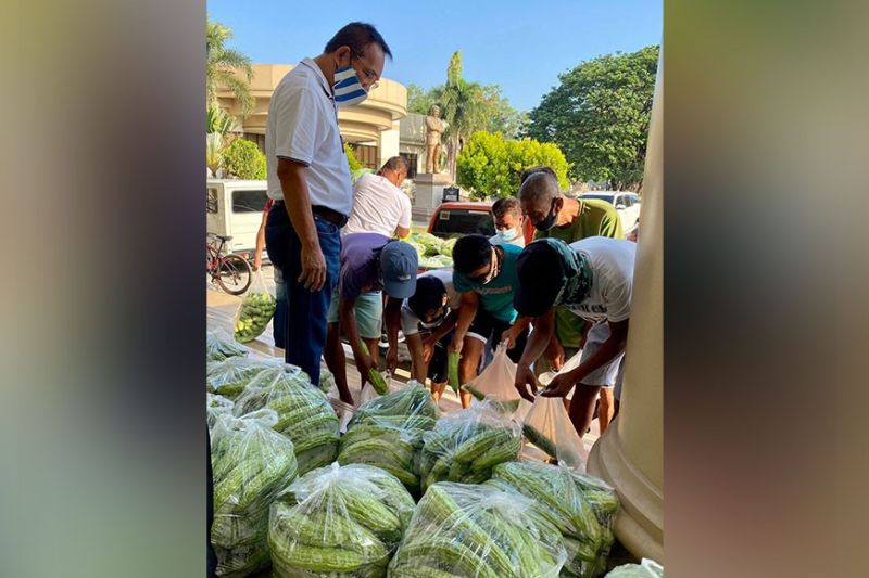 VEGGIES FOR PANTRIES. Third District Board Member Rosve Henson oversees the distribution of vegetables to residents of Barangay Santo Nino at the steps of the Provincial Capitol's Legislative Building. (Ian Ocampo Flora)