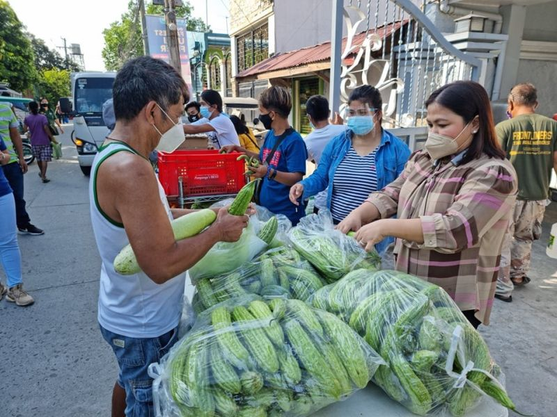 GREENS FOR PANTRIES. Former Lubao mayor and now 2nd District Board Member Mylyn Pineda Cayabyab distributes vegetables to the community pantry set up by local officials of Barangay San Nicolas in the City of San Fernando. (Contributed photo)