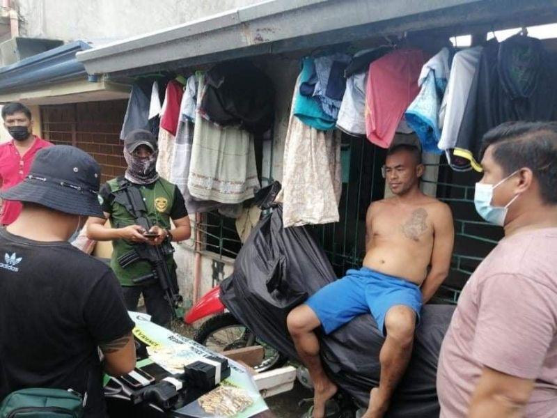 SIDELINE: Si Army Sergeant Allan Aldy Siangco (naghukas) nasikop sa buy-bust sa Philippine Drug Enforcement Agency (PDEA) 8 sa Tacloban City. Si Siangco bisan aktibo sa serbisyo nag sideline sa illegal drugs. / tampo sa PDEA 8