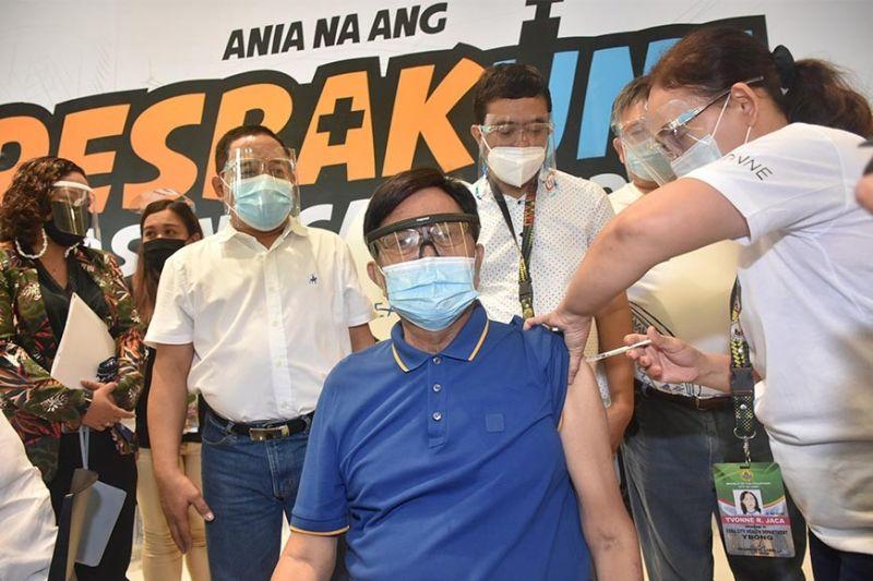 SUMBANAN: Aron paghatag og kumpiyansa sa senior citizens si Cebu City Mayor Edgardo Labella nagpabakuna kontra Covid-19. / Cebu City Hall PIO