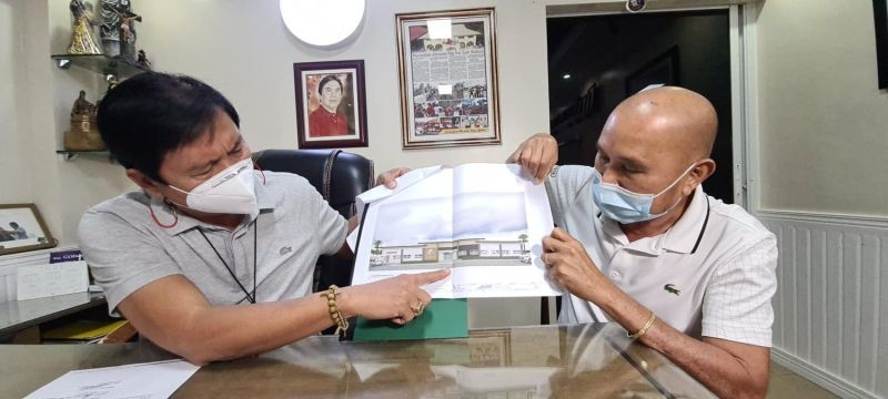 COMMUNITY HOSPITAL. San Simon Mayor Abundio Punsalan Jr. (left) and Municipal Engineer Benigno Bonus show the plans for the proposed construction of the San Simon Community Hospital which cost P18 million. (Chris Navarro)