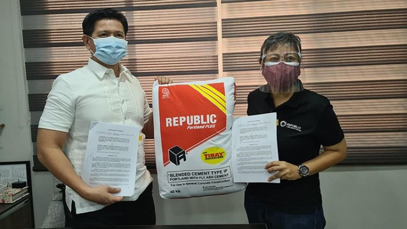 PAMPANGA. Porac Mayor Jaime Capil (left) and Republic Cement Building Materials president Lloyd Vicente, represented by lawyer Angela Edralin- Valencia (right), signed on May 6, 2021 a memorandum of agreement for the processing of waste from the local government unit's materials recovery facility to cement products. The company also vowed to donate cement for the local government's projects. (Chris Navarro)