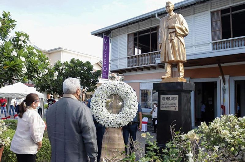 PAMPANGA. Angeles City Mayor Carmelo Lazatin Jr. leads other officials during a wreath-laying in honor of Kapampangan hero Jose Abad Santos. (Angeles City PIO)